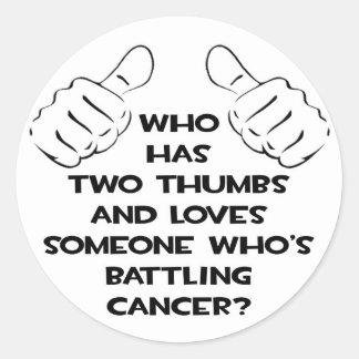 Dos pulgares y aman alguien cáncer de lucha etiqueta redonda