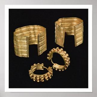 Dos pulseras talladas abiertas y un par de pendien impresiones