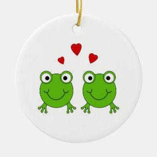 Dos ranas verdes con los corazones rojos adorno navideño redondo de cerámica