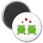 Dos ranas verdes con los corazones rojos imanes de nevera