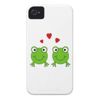 Dos ranas verdes con los corazones rojos iPhone 4 Case-Mate coberturas