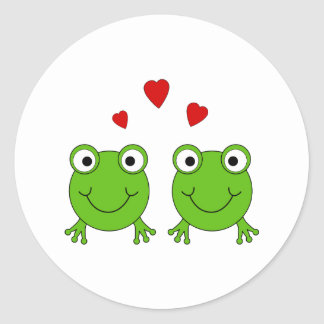 Dos ranas verdes con los corazones rojos pegatina redonda
