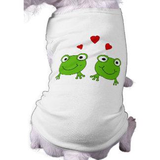 Dos ranas verdes con los corazones rojos camisas de mascota
