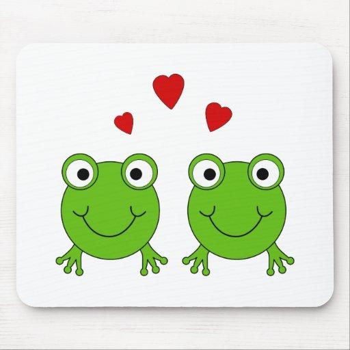 Dos ranas verdes con los corazones rojos tapetes de ratón