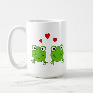 Dos ranas verdes con los corazones rojos taza básica blanca