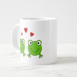 Dos ranas verdes con los corazones rojos tazas extra grande