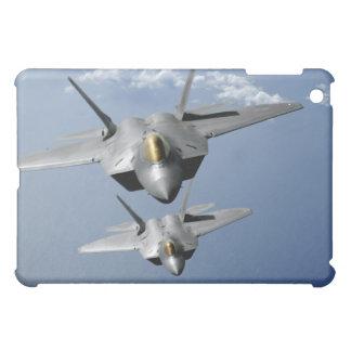 Dos rapaces F-22 vuelan sobre el Océano Pacífico