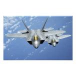 Dos rapaces F-22 vuelan sobre el Océano Pacífico Cojinete