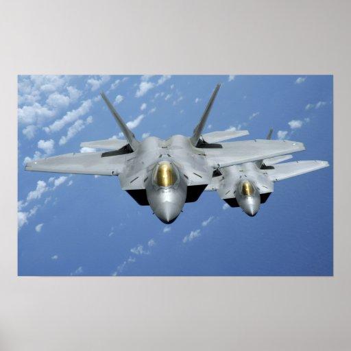 Dos rapaces F-22 vuelan sobre el Océano Pacífico Póster