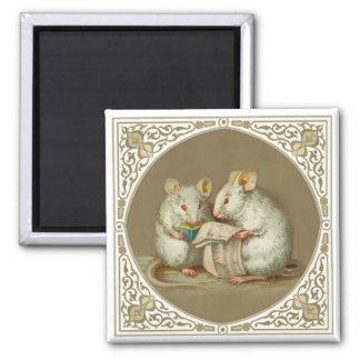 Dos ratones blancos antropomorfos que leen el pape imán para frigorífico