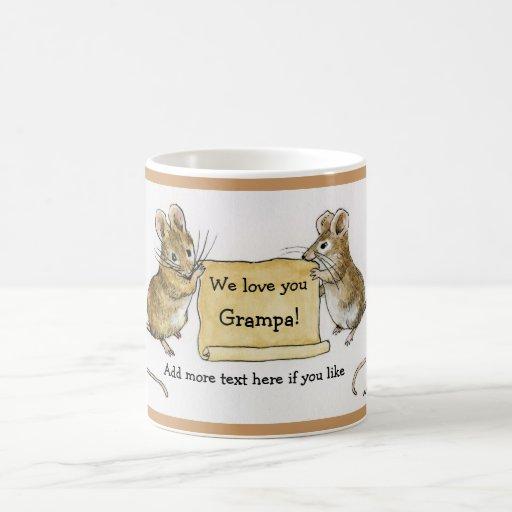 Dos ratones lindos con la voluta del pergamino taza de café