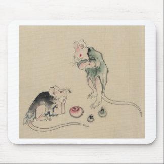 Dos ratones, uno que miente en la tierra con el mouse pads