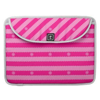 Dos rayas y flores brillantes rosadas del tono funda para macbooks