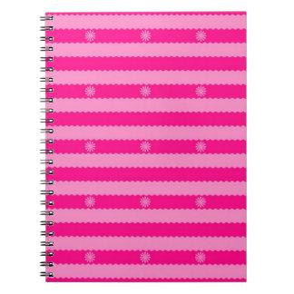 Dos rayas y flores brillantes rosadas del tono cuaderno