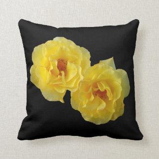 Dos rosas amarillos cojines