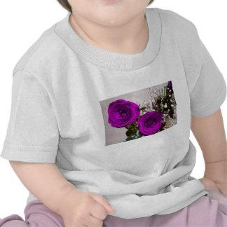 Dos rosas coloreados púrpuras con los troncos camisetas