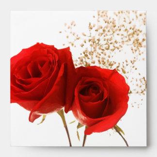 Dos rosas rojos sobre