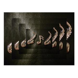 Dos saxofones con la nota musical postal