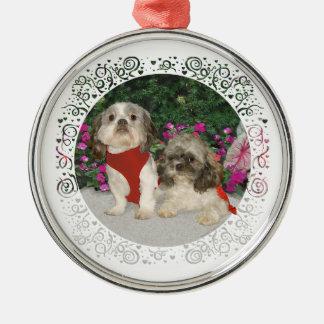 Dos Shih Tzus en un jardín Ornaments Para Arbol De Navidad