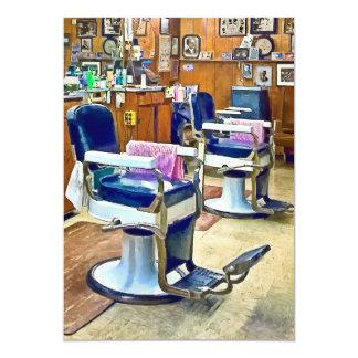 Dos sillas de peluquero con los cabos rayados invitación 12,7 x 17,8 cm