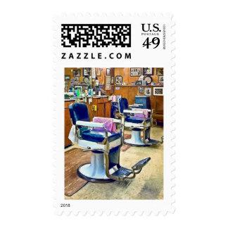 Dos sillas de peluquero con los cabos rayados sellos