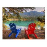 Dos sillas del amor en a orillas del lago el el dí tarjetas postales