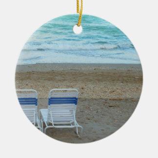Dos sillas en olas oceánicas de la arena de la pla ornato