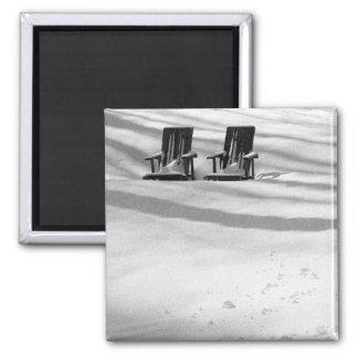 Dos sillas enterradas en nieve imán para frigorifico