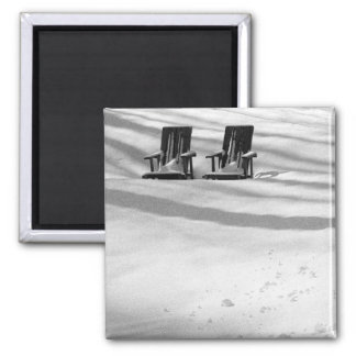 Dos sillas enterradas en nieve imán cuadrado