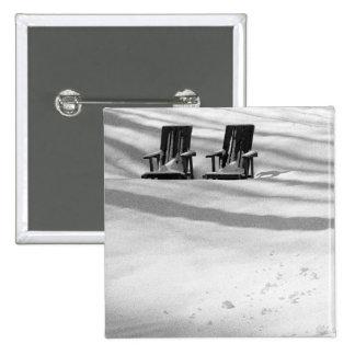 Dos sillas enterradas en nieve pins