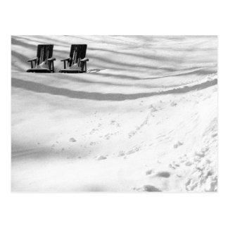 Dos sillas enterradas en nieve postales