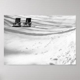 Dos sillas enterradas en nieve póster