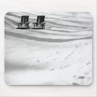 Dos sillas enterradas en nieve tapete de ratón