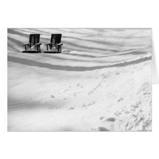 Dos sillas enterradas en nieve tarjeta de felicitación