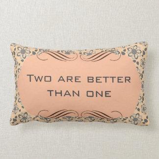 Dos son mejores de una almohada de tiro