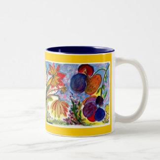 Dos tazas azules y anaranjadas grandes de la flor