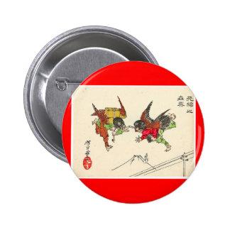 Dos Tengu que choca. Fondo del monte Fuji, C. 1882 Pin Redondo De 2 Pulgadas