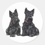 Dos terrieres escoceses negros etiqueta