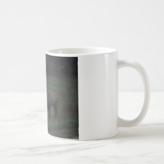 Dos toros de los alces entrelazados en batalla taza de café