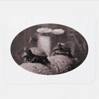 dos tortugas en sepia del tronco de la palma mantas de bebé