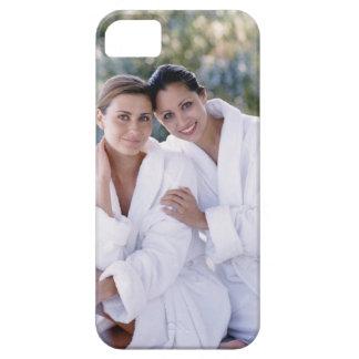 Dos trajes de baño de la mujer que llevan funda para iPhone SE/5/5s