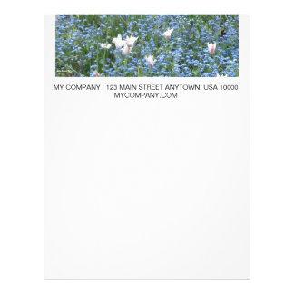 Dos tulipanes del tono en campo azul plantilla de membrete