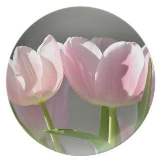 Dos tulipanes rosados plato de comida