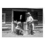Dos vaqueros que se colocan al lado de un granero  tarjeta de felicitación