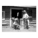 Dos vaqueros que se colocan al lado de un granero tarjeta postal