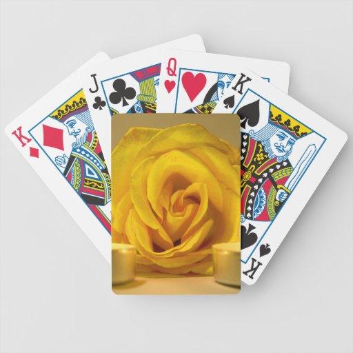 dos velas color de rosa de flor amarilla brillante baraja de cartas