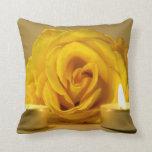 dos velas color de rosa de flor amarilla brillante cojin