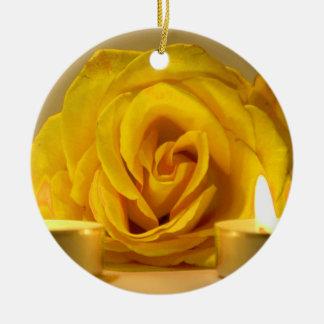 dos velas color de rosa de flor amarilla brillante adorno de reyes