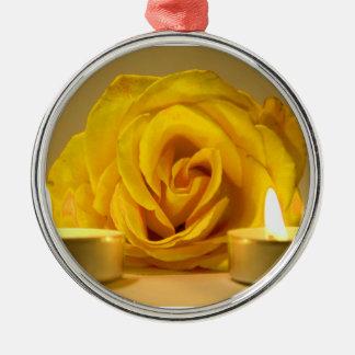dos velas color de rosa de flor amarilla brillante adorno para reyes