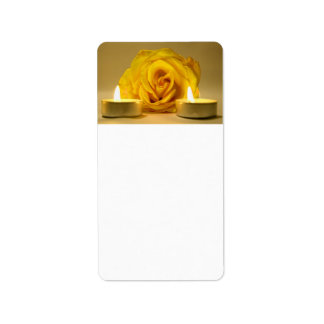 dos velas color de rosa de flor amarilla brillante etiqueta de dirección